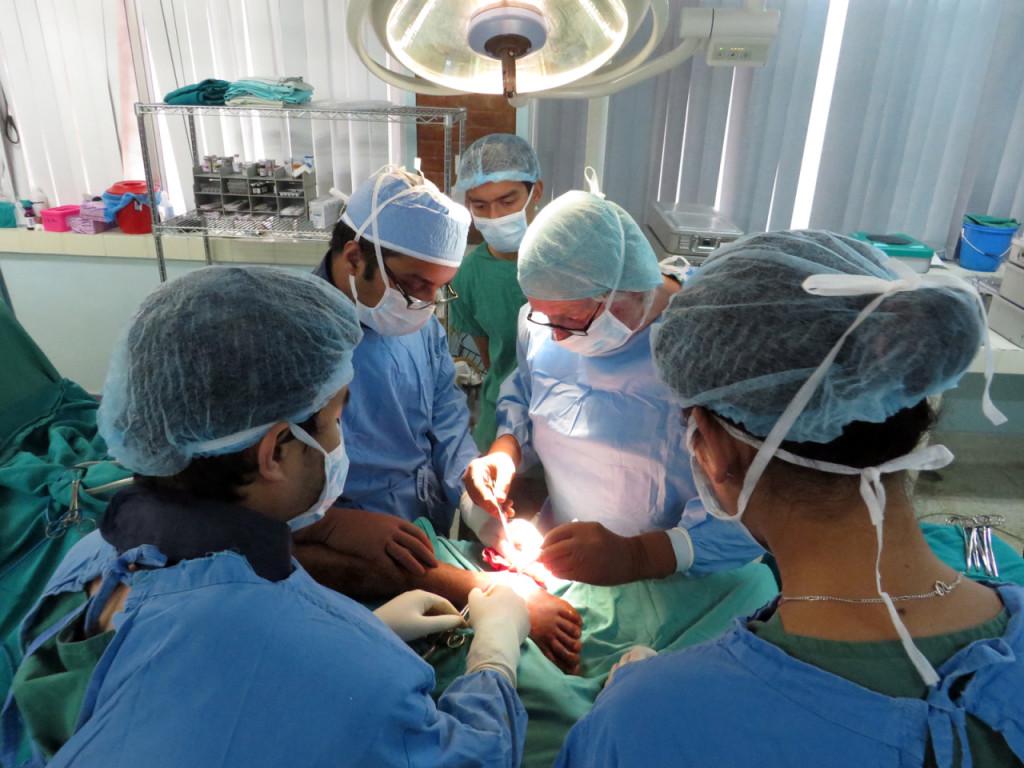 Dr. Winker aan het werk in Nepal