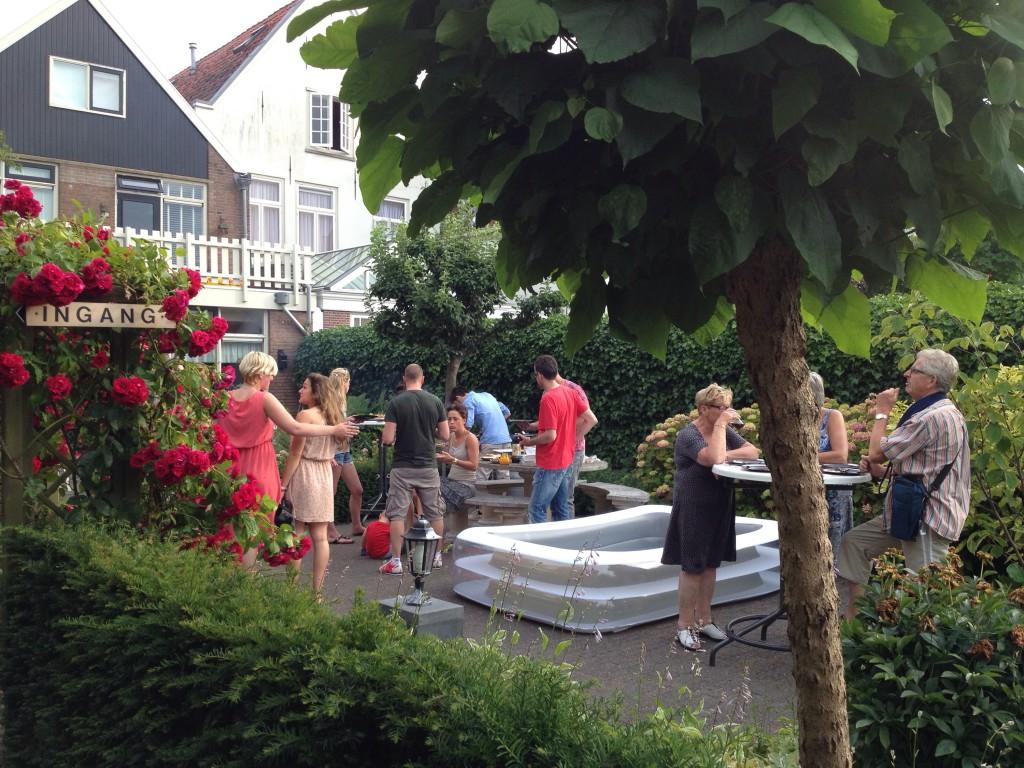de tuin met zwembad